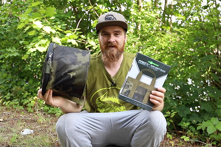 Mark Dörner mit dem Compac Air Dry Bag Large und dem Compac Bait Caddy im Carpzilla Unboxing.