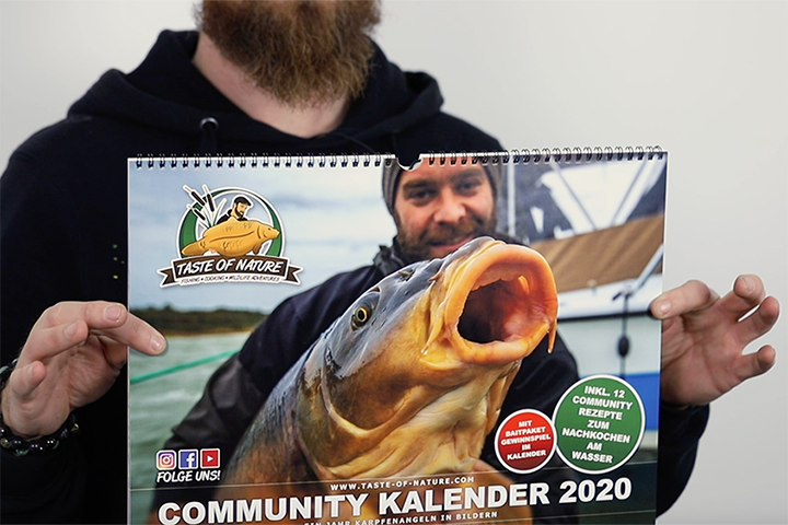 Mark Dörner mit dem Taste of Nature Community Kalender im Carpzilla Unboxing.