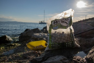 David Rosemeier füttert Nut2Bad Boilies am Bodensee